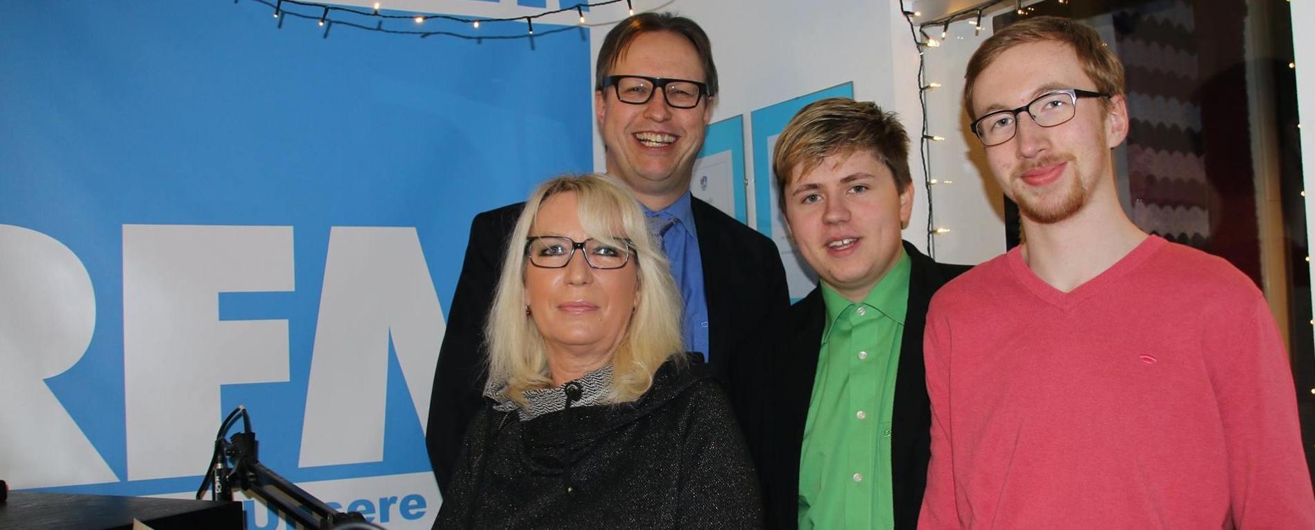 Jutta Thiele und Manfred Lister von der FDP zu Gast bei Jakob Mayer und Lukas Sennhenn von den 'Grünschnäbeln' (v.li.)